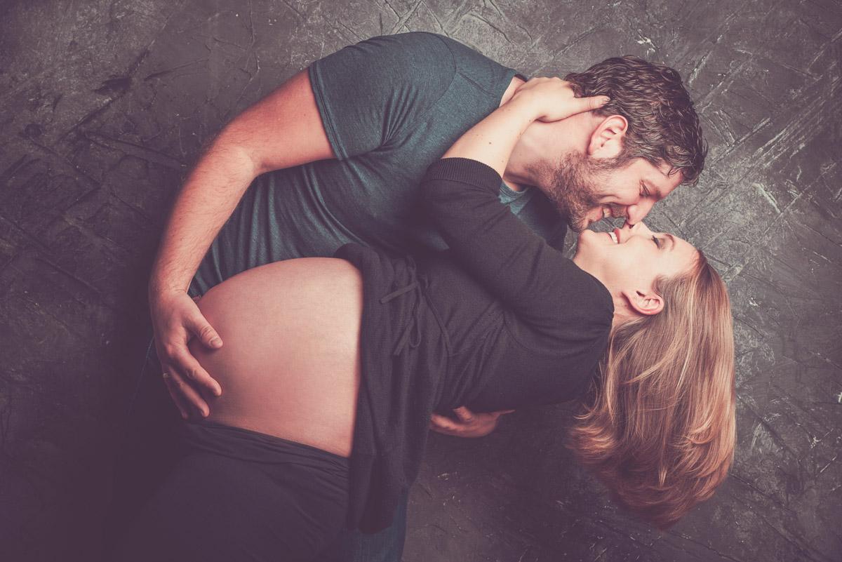 Schwangerschaftsshooting mit Partner im Fotostudio Witten